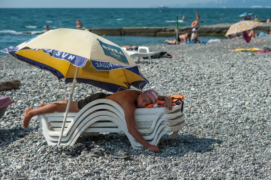 Отдыхающие на пляже на Черноморском побережье