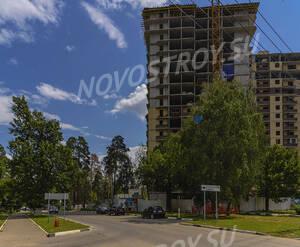 ЖК «Клязьминская высота»: 17.07.2015 вид на строение и выезд из поселка