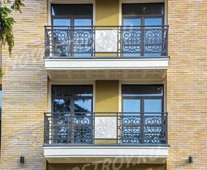 МФК «Люсиновский»: В отделке балконов используются кованые решётки и светлый камень с барельефами