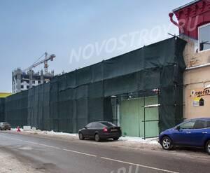 МФК «Studio 12»: Стройплощадка ЖК огорожена и завешана сеткой